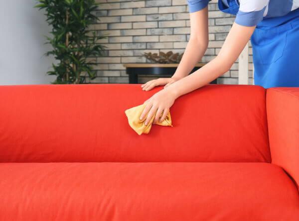 Rens af sofa med fugtig klud