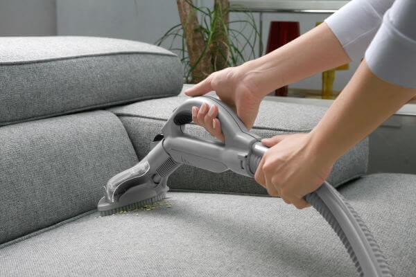 rensning af sofa med støvsuger